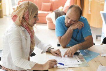 Frau und Mann füllen Formulare aus