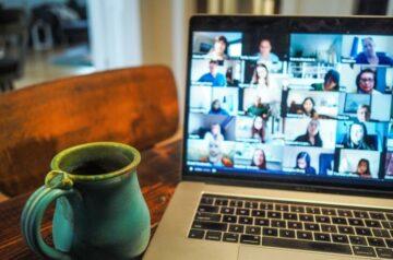 Tasse_vor_Videokonferenz