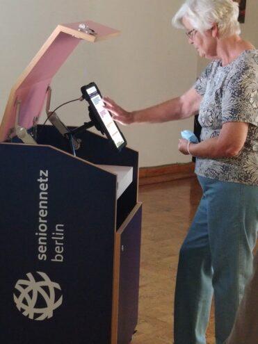 Seniorin steht vor Infobox